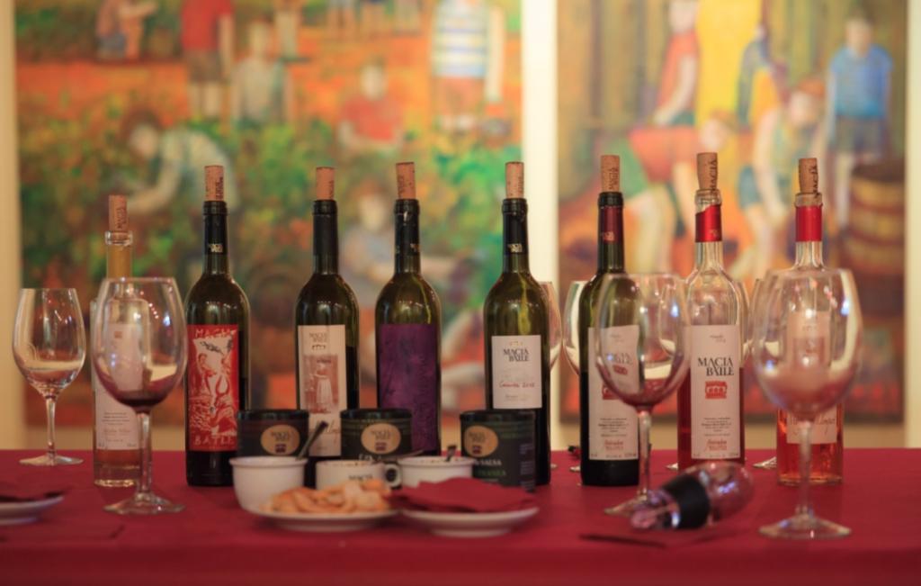 Macia Batle - die Auswahl ist deutlich größer als in Deutschland erhältlich. Leipziger Künstler Neo Rauch hat sich vom Wein inspirieren lassen und die aufs Etikett gebracht.